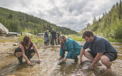 people goldpanning